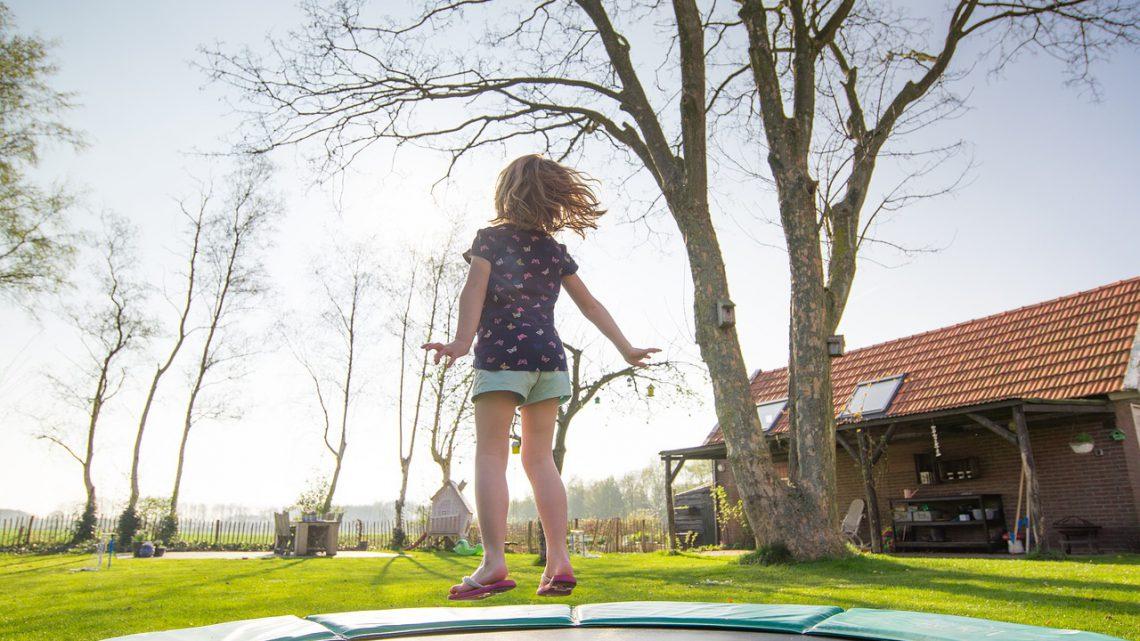 Een trampoline in de tuin voor aankomende zomer